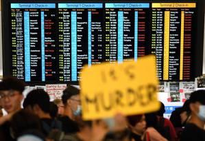 Manifestantes ocupam saguão de aeroporto de Hong Kong em décima semana de protestos Foto: MANAN VATSYAYANA / AFP