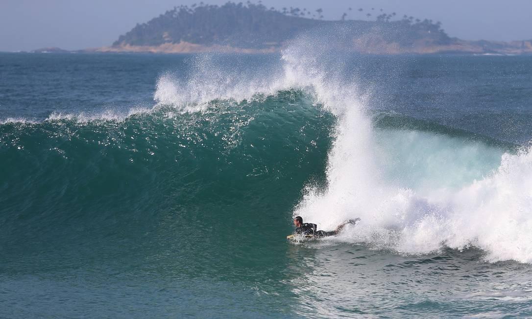 Surfista aproveita o mar agitado para pegar ondas no mar do Leblon Foto: Fabiano Rocha / Agência O Globo
