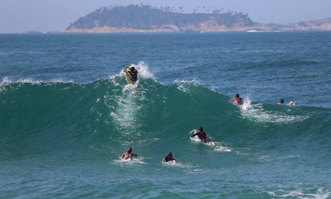 O mar do Leblon fica cheio de surfistas Foto: Fabiano Rocha / Agência O Globo