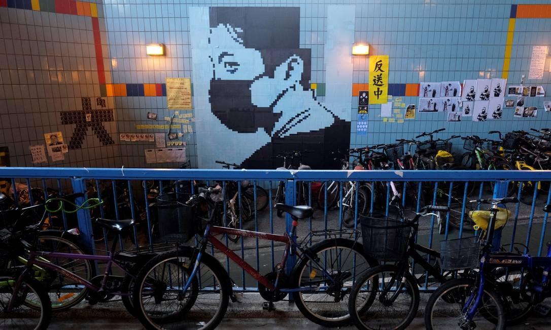 Cartazes e post it cobrem muros e paredes das ruas de Hong Kong em protesto contra a Lei de Extradição Foto: TYRONE SIU / REUTERS