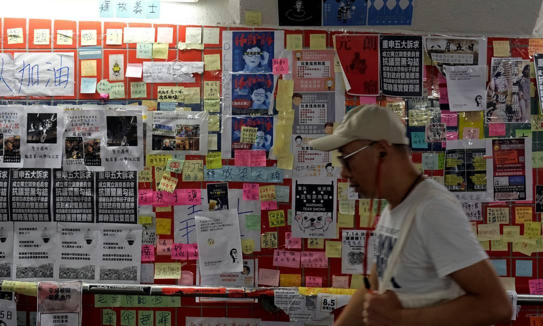 A chefe do Executivo do território, Carrie Lam, anunciou a suspensão do projeto, mas os manifestantes continuam nas ruas Foto: TYRONE SIU / REUTERS