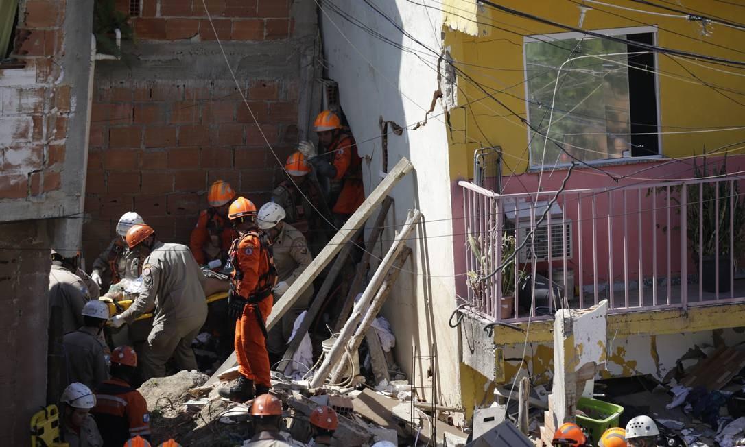Mulher é resgatada de prédio que desabou em Curicica Foto: Gabriel Paiva / Agência O Globo