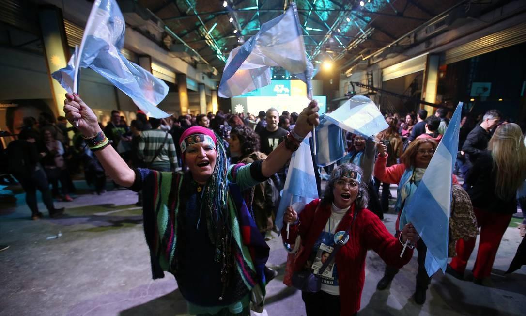 Apoiadores de Alberto Fernández comemoram resultados das eleições primárias, em um centro cultural em Buenos Aires Foto: AGUSTIN MARCARIAN / REUTERS