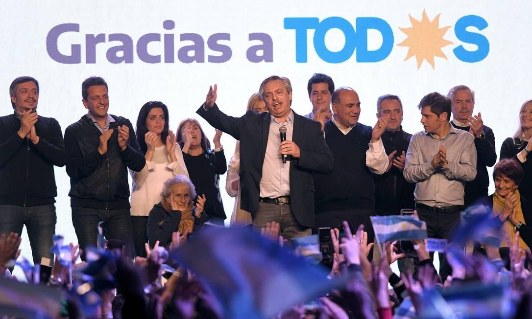 O candidato presidencial Alberto Fernández fala aos partidários depois de divulgados os primeiros resultados das eleições primárias, em Buenos Aires Foto: JULIAN ALVAREZ / AFP
