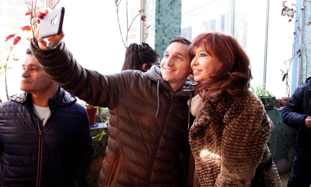 A ex-presidente Cristina Kirchner faz selfie com um partidário depois de votar em uma seção eleitoral em Rio Gallegos, Argentina Foto: STRINGER / REUTERS