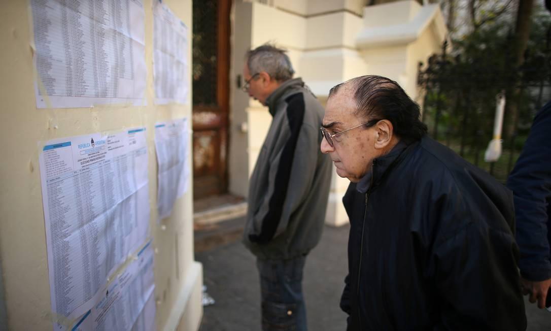 Em uma zona eleitoral em Buenos Aires, um homem procura seu nome em uma lista de eleitores durante as eleições primárias realizadas neste domingo, na Argentina Foto: AGUSTIN MARCARIAN / REUTERS