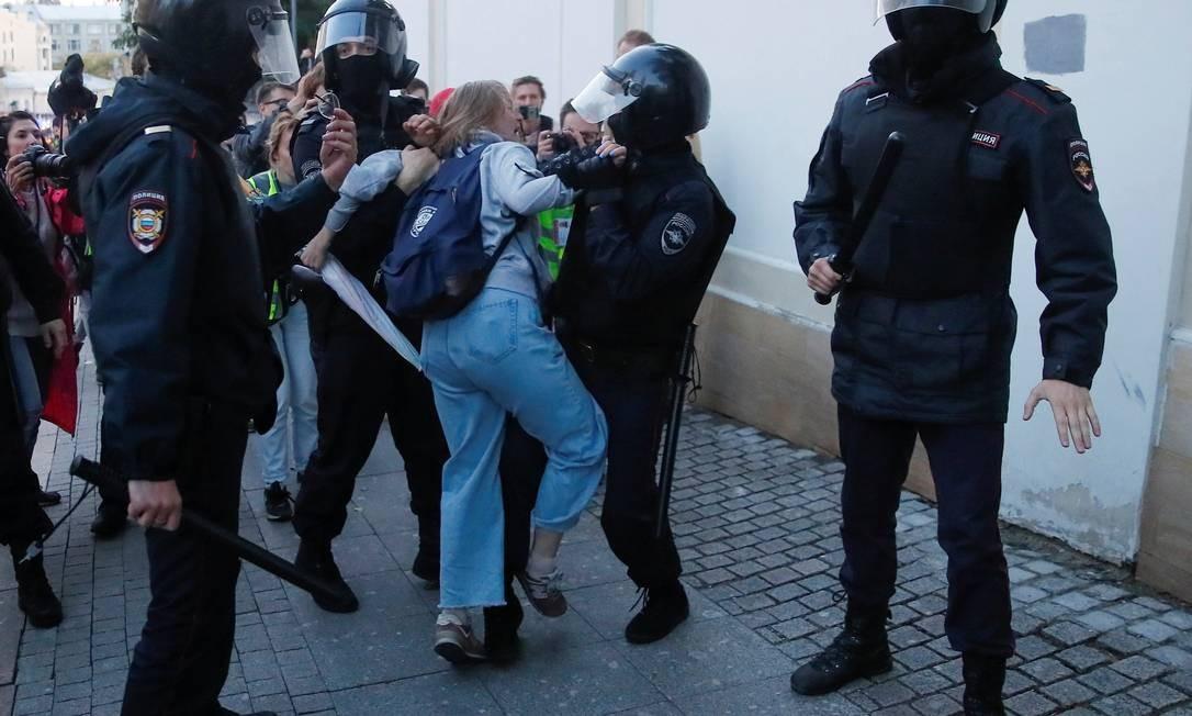 Policiais russos detêm Daria Sosnovskaya durante o protesto no sábado passado: mulher depois foi socada enquanto era levada para ônibus, e vídeo da agressão está provocando revolta Foto: MAXIM SHEMETOV/REUTERS