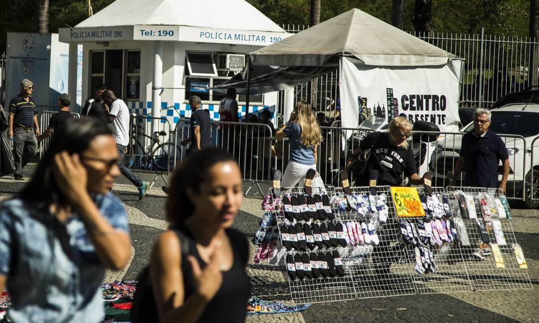 Presença de vendedores ambulantes não cadastrados pelas ruas da cidade. Na foto camelôs que atuam no Largo da Carioca. Foto: Guito Moreto / Agência O Globo
