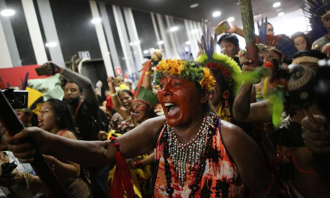 Grupo teve acesso ao 4º andar do prédio, onde os indígenas dançaram e cantaram Foto: STRINGER / REUTERS