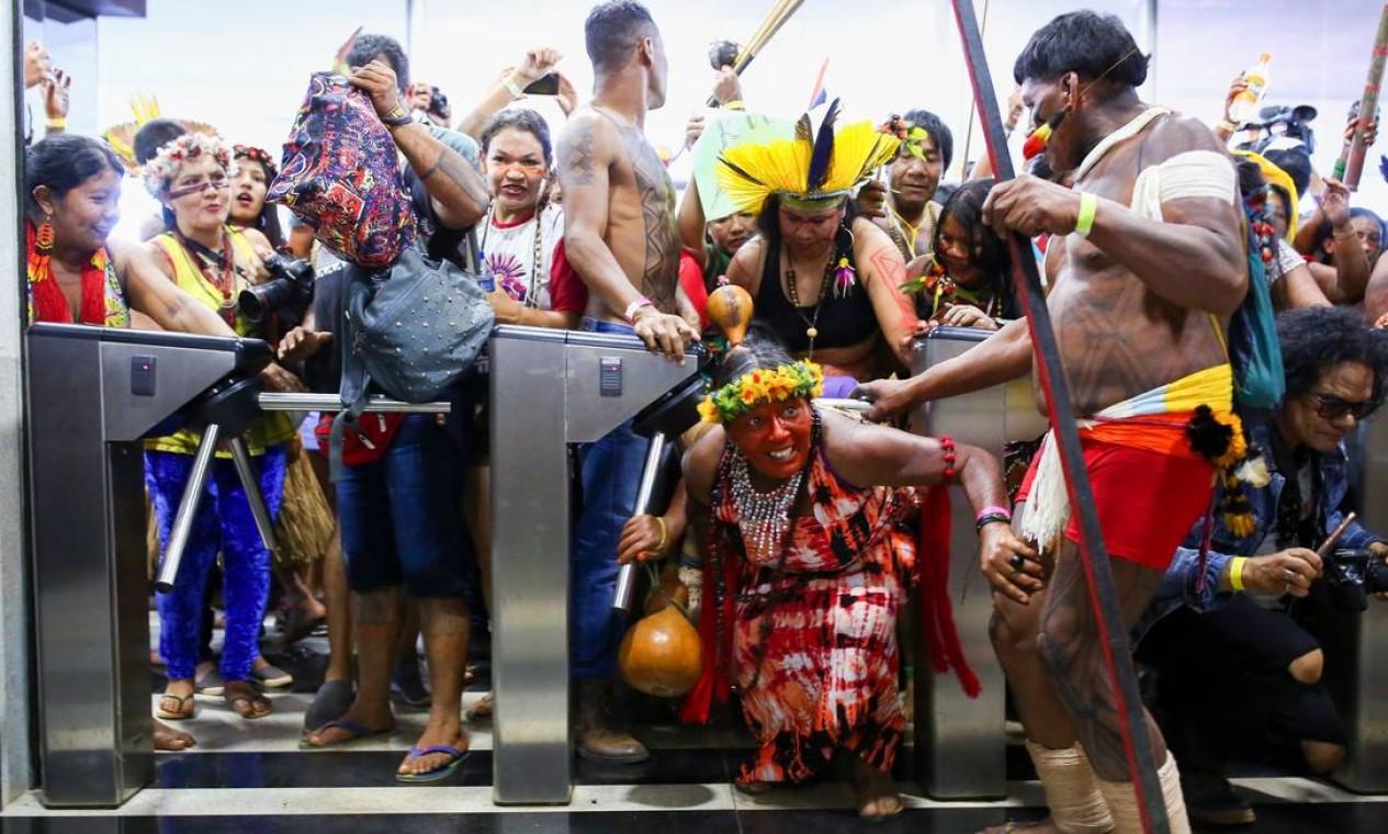 Elas protestam contra cortes orçamentários, a extinção da Sesai, e a municipalização dos serviços de saúde para os povos indígenas Foto: SERGIO LIMA / AFP