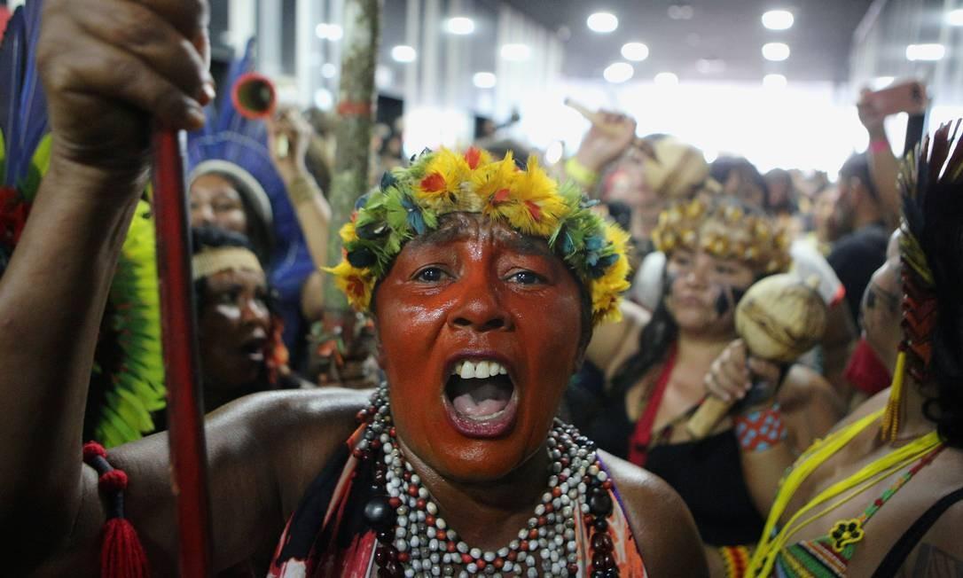 Mulheres indígenas ocupam a sede da Secretaria Especial de Saúde Indígena (Sesai) do Ministério da Saúde Foto: STRINGER / REUTERS