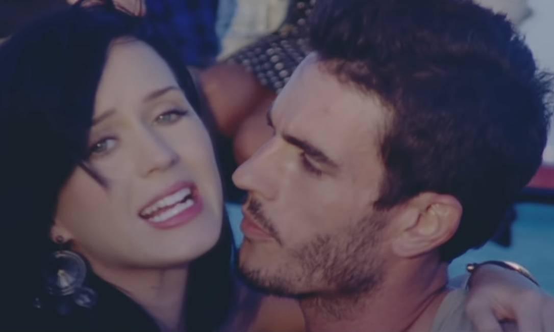 A cantora Katy Perry e o modelo Josh Kloss no clipe 'Teenage dream' Foto: Reprodução