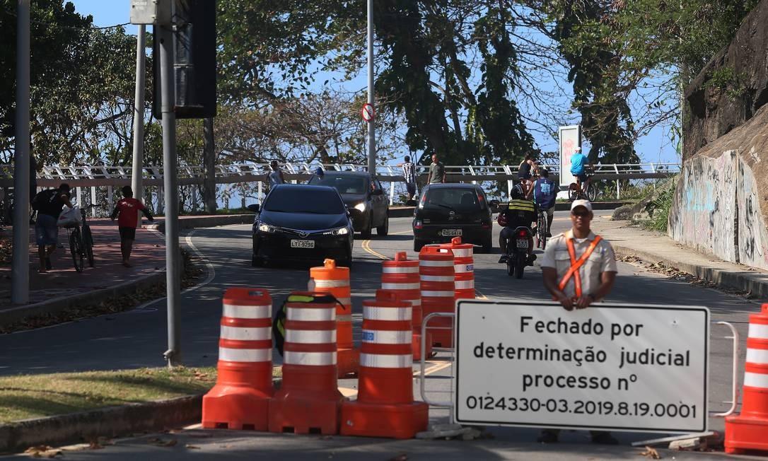 Por pelo menos três dias, carro oficial do prefeito Marcelo Crivella trafegou pela Avenida Niemeyer, interditada pela Justiça Foto: Fabiano Rocha / Agência O Globo