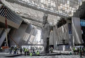 Com 3.200 anos de idade, 11 metros de altura e mais de 80 toneladas, a estátua de Ramsés II é um dos principais destaques do novo Grande Museu Egípcio Foto: KHALED DESOUKI / AFP