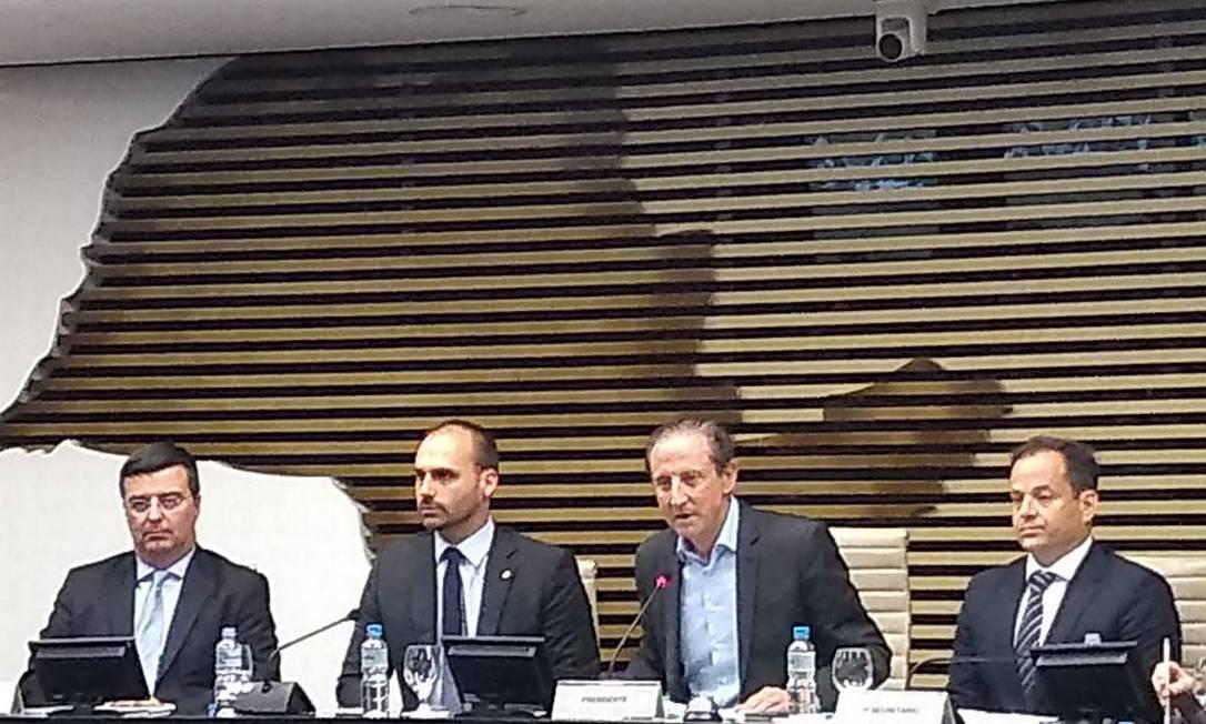 o deputado Eduardo Bolsonaro com o presidente da Fiesp, Paulo Skaf Foto: Gustavo Schmitt / Agência O Globo