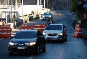 Nesta segunda-feira, às 10h05m, o Toyota Corolla preto, placa LTI-9296 faz o trajeto, proibido para todos os cariocas e turistas Foto: Pablo Jacob / Agência O Globo