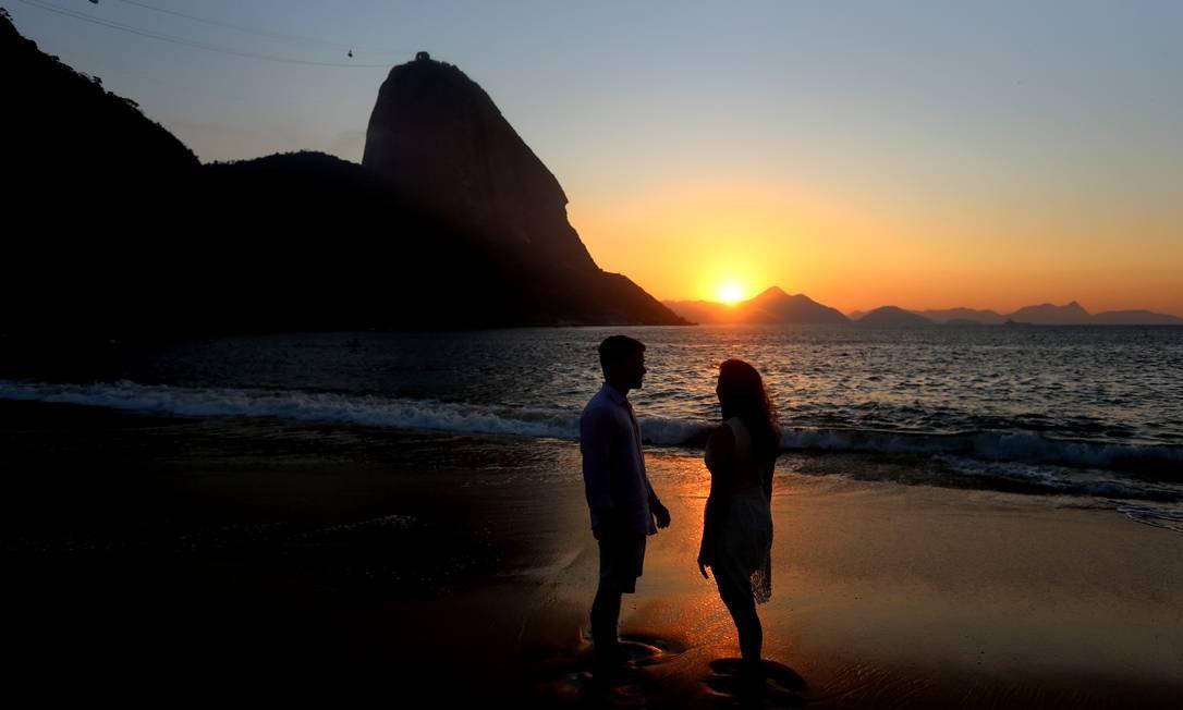 Casal à frente do Pão de Açúcar Foto: Fabiano Rocha / Agência O Globo