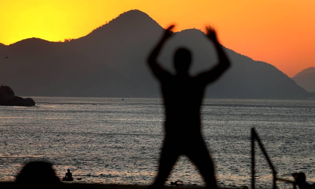 Homem se exercita no início da manhã desta terça-feira Foto: Fabiano Rocha / Agência O Globo