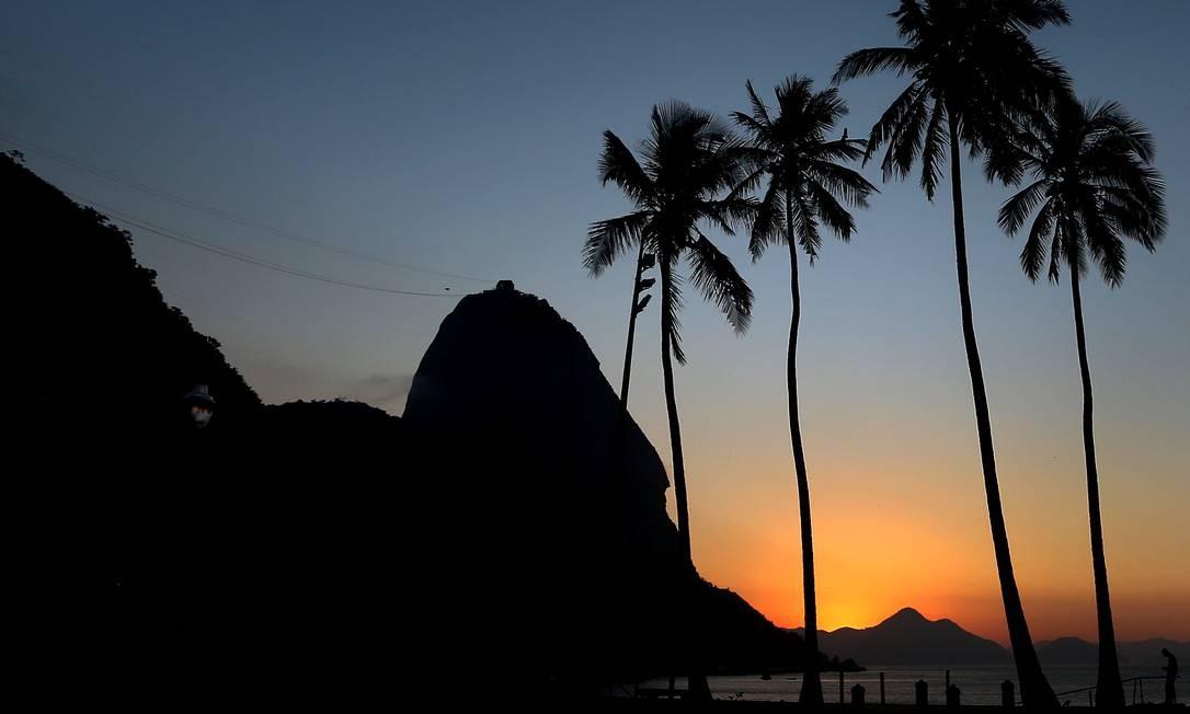 Amanhecer no Rio visto da Urca Foto: Fabiano Rocha / Agência O Globo