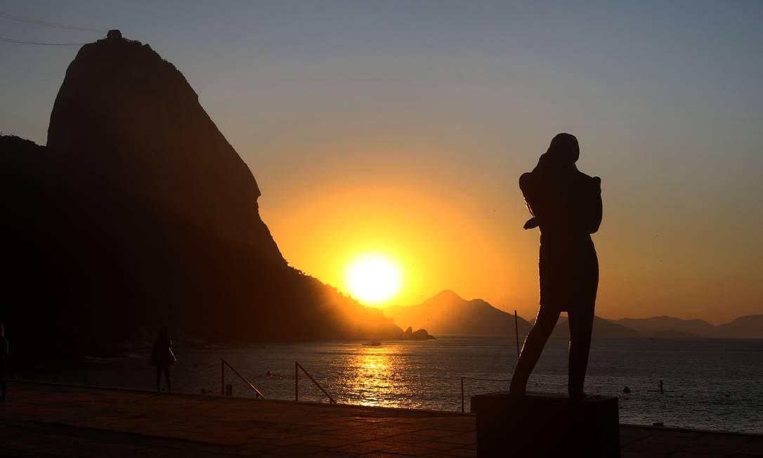 A estátua de Chopin parece apreciar a beleza do nascer do sol Foto: Fabiano Rocha / Agência O Globo