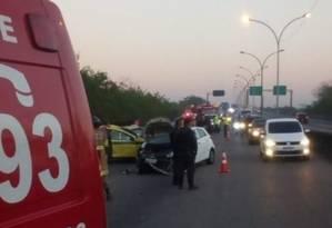 Equipe do Corpo de Bombeiros socorrem os feridos na Linha Vermelha Foto: Centro de Operações Rio / Reprodução