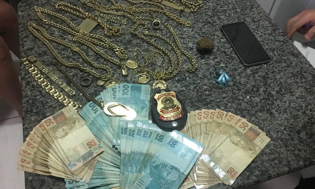 Agentes da Polícia Federal (PF) apreenderam joias, dinheiro e um celular na operação sobre desvios em Araçatuba (SP) Foto: Divulgação