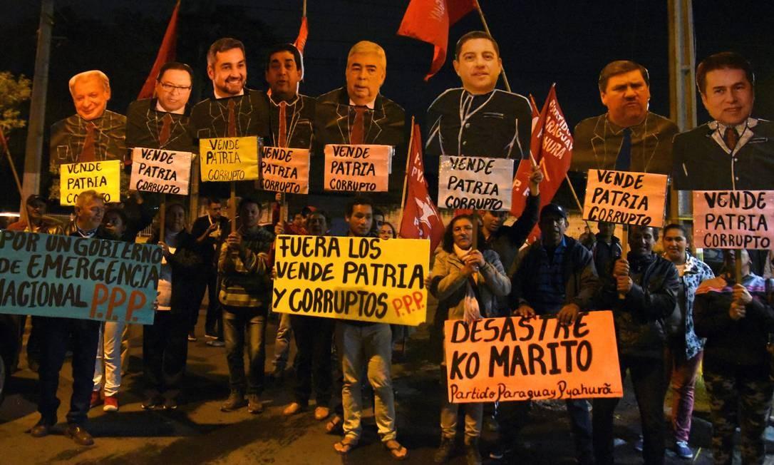 Um grupo de manifestantes protestou na noite de segunda-feira contra o presidente Mario Abdo pelo acordo sobre Itaipu assinado com o Brasil em maio e cancelado em 1º de agosto Foto: NORBERTO DUARTE / AFP/12-8-2019