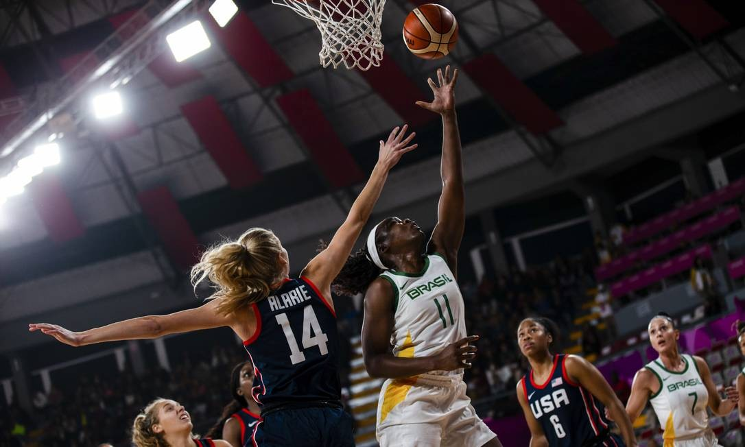 Peyton Williams (EUA) e Clarissa (Brasil) em mais um lance do jogo que deu a medalha de ouro para o Brasil Foto: Gabriel Heusi / Gabriel Heusi / Lima 2019