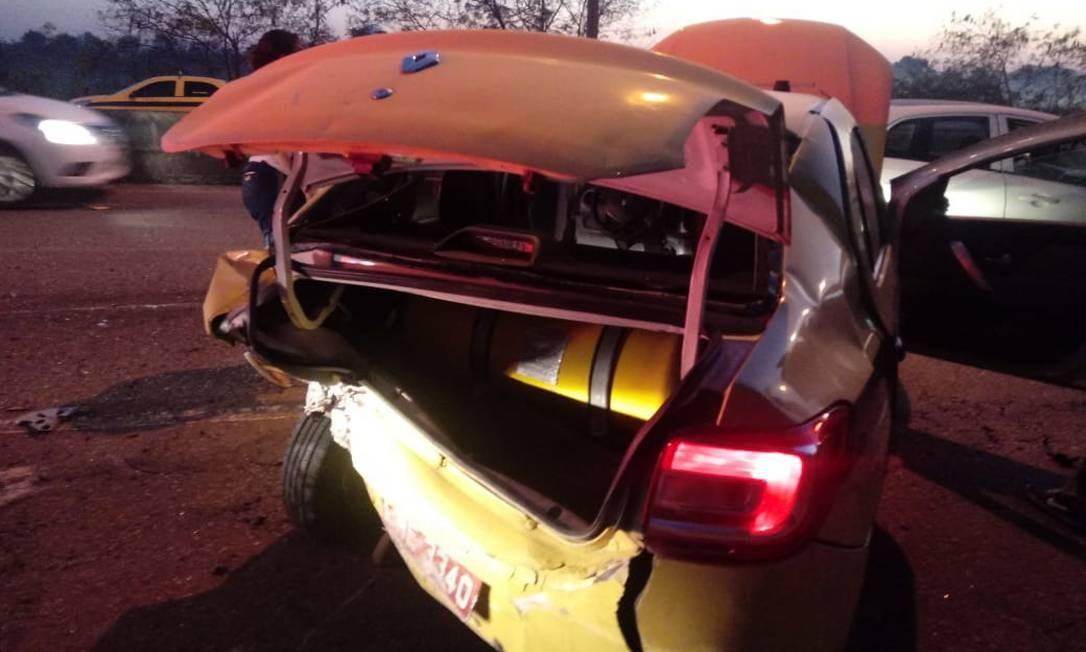 Táxi fica destruído no acidente após tiroteio na Linha Vermelha Foto: Reprodução