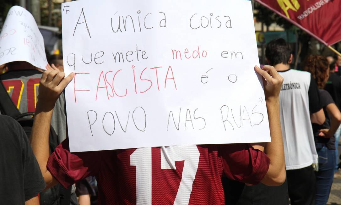 Estudante ergue cartaz em manifestação de estudantes a favor da educação e contra os cortes em Campinas (SP) Foto: Luciano Claudino/Código19 / Agência O Globo