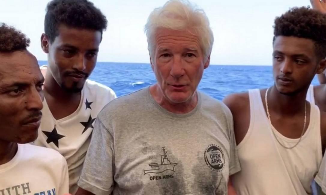 Richard Gere, durante visita aos imigrantes resgatados pela ONG espanhola Open Arms Foto: HO / AFP