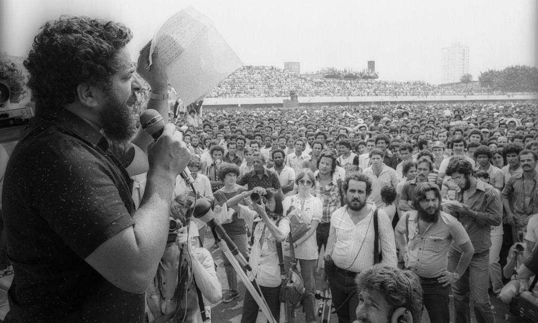 1980 / GREVE E PRISÃO - Lula, em assembleia com metalúrgicos no Estádio de Vila Euclides, em 10 de abril de 1980. Um dos líderes da greve geral do ABC paulista, ele é preso em 19 de abril, cassado como dirigente sindical e processado, sendo enquadrado na Lei de Segurança Nacional Foto: Antônio Carlos Piccino / Agência O Globo