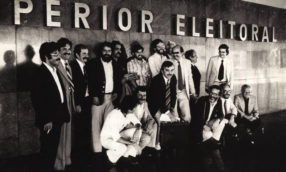 FEVEREIRO DE 1980 / FUNDAÇÃO DO PT - O Partido dos Trabalhadores é fundado no dia 10 de fevereiro no Colégio Sion, em São Paulo. A legenda só seria reconhecida pelo Tribunal Superior de Justiça Eleitoral dois anos mais tarde. Na foto, de dezembro de 1980, partidários entregam pedido de registro provisório do PT no TSE Foto: Divulgação / Mauro di Deus / SCBH / FUNDAÇAO PERSEU ABRAMO