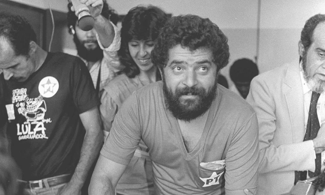 1982 / DERROTA NAS URNAS - Lula durante votação em 1982. O petista fica em terceiro na disputa para o governo de São Paulo. Franco Montoro, do PMDB, é eleito governador Foto: Olívio Lamas /