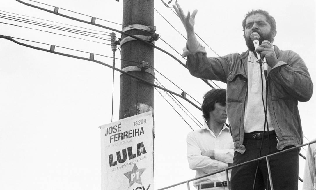 1986 / PRIMEIRA ELEIÇÃO - Lula é eleito para a Câmara como deputado federal mais votado do país. Na foto, aparece em campanha, em São Bernardo Foto: João Bittar /