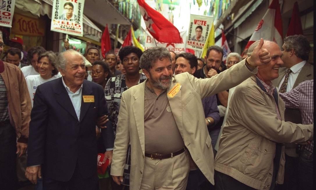 1998 / TERCEIRA TENTATIVA - Pela terceira vez, Lula perde a eleição para presidente, dessa vez tendo Leonel Brizola como vice. FH vence de novo no primeiro turno. Nesta foto, Lula e Brizola durante a campanha Foto: Hipólito Pereira / Agência O Globo