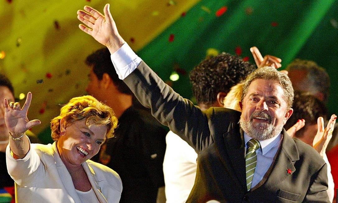 7 DE NOVEMBRO 2002 / ENFIM, ELEITO - Lula é eleito presidente em 7 de novembro ao derrotar José Serra, candidato do PSDB, no segundo turno. O petista recebe 52 milhões de votos, 61% dos válidos. Na foto, ele e a mulher, Marisa Letícia, comemoram a vitória Foto: Daniel Garcia / AFP
