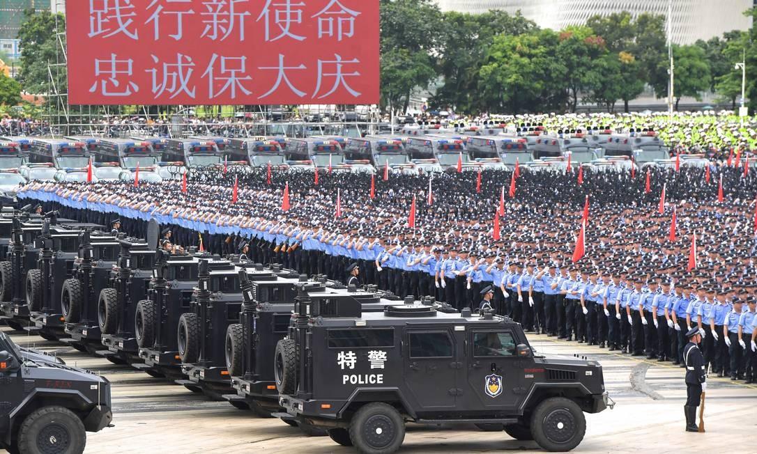 Polícia Armada do Povo realiza exercícios de grande escala na cidade de Shenzhen, na fronteira com Hong Kong Foto: STR / AFP