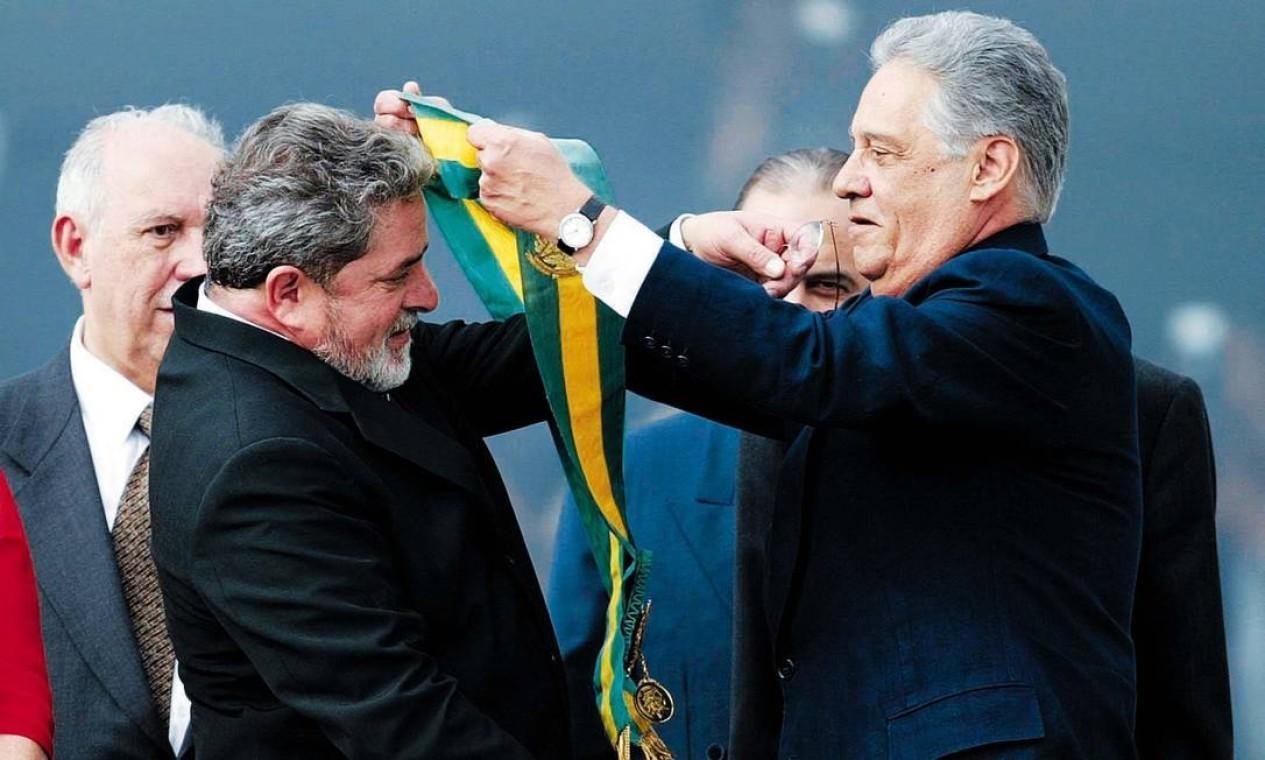 POSSE EM 2003 - Lula recebe a faixa presidencial das mãos de Fernando Henrique no Palácio do Planalto, no dia 1º de janeiro de 2003, e assume a Presidência da República. Foto: Ivo Gonzalez / O Globo
