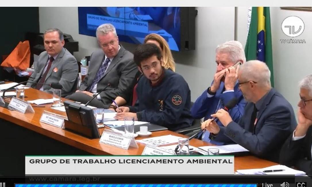 O deputado federal Kim Kataguiri (ao centro), em reunião para discutir o PL do licenciamento ambiental Foto: Reprodução TV Câmara