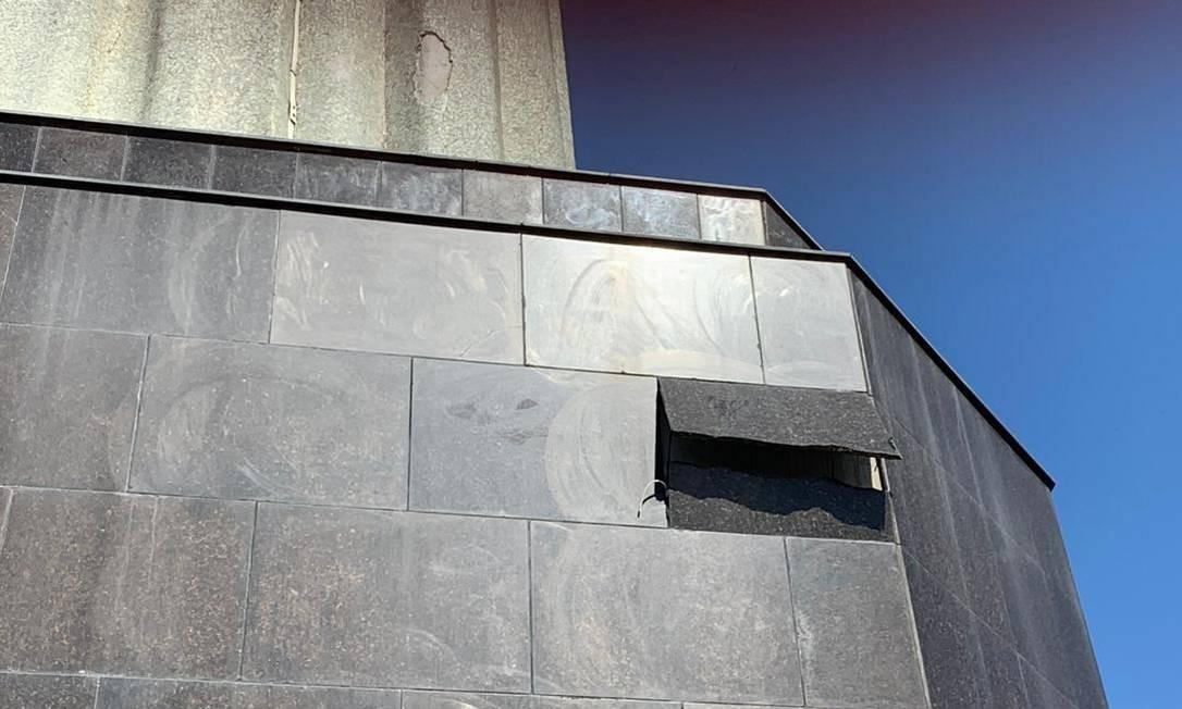 Placa da base do Cristo Redentor cedeu durante a ventania Foto: Reprodução