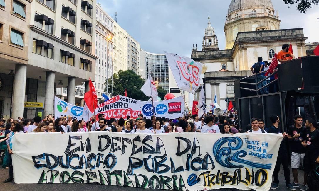 Manifestantes em prol da Educação no Rio partiram em caminhada a partir da Igreja da Candelária, no Centro Foto: Mateus Campos