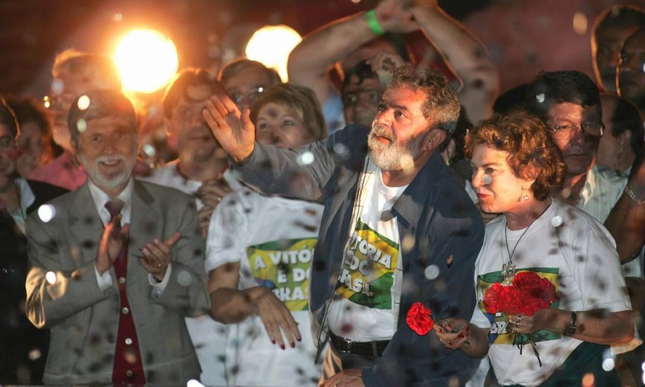 REELEIÇÃO - Com uma coalização de 12 partidos, Lula é reeleito em 27 de outubro de 2006 após vencer Geraldo Alckmin, do PSDB, com 58 milhões de votos, o que correspondia a mais de 60% dos votos válidos Foto: Aílton de Freitas / Agência O Globo