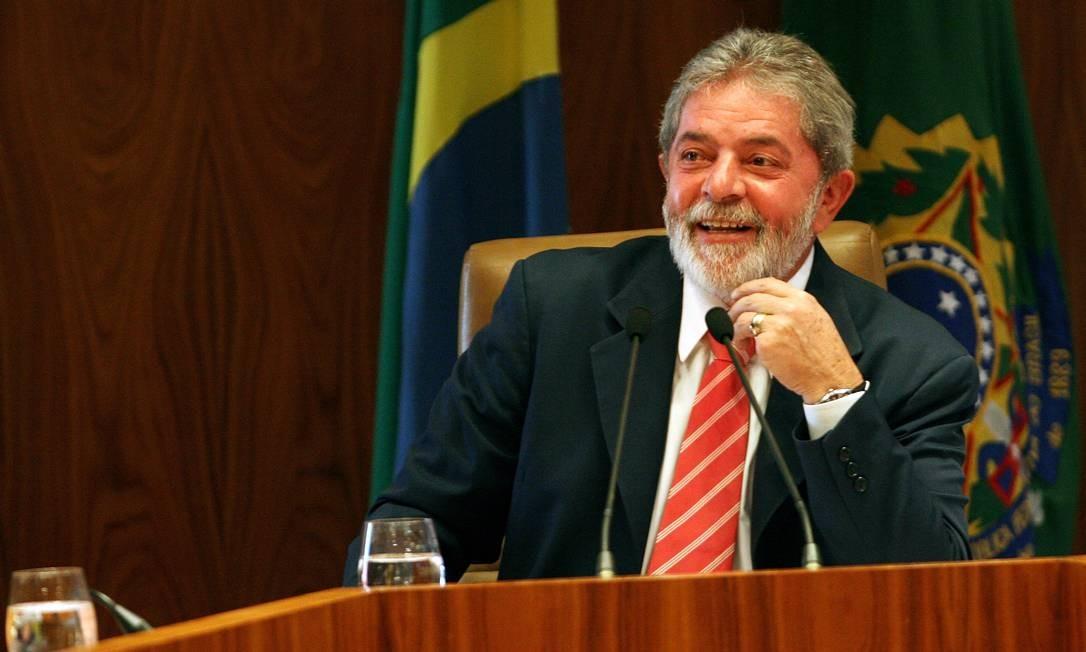 """CRISE ECONÔMICA - Em outubro de 2008, Lula minimizou os efeitos da crise americana no Brasil com uma frase que gerou polêmica: """"Lá, ela é um tsunami; aqui, se ela chegar, vai chegar uma marolinha que não dá nem para esquiar"""" Foto: Gustavo Miranda / Agência O Globo"""