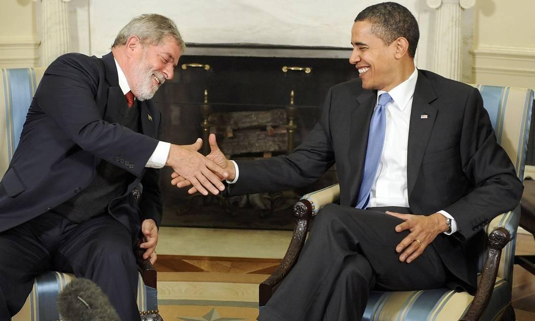 'O CARA' - O então presidente dos EUA Barack Obama elogia Lula ao afirmar que o brasileiro é o 'político mais popular do mundo', durante reunião do G20, em Londres, em abril de 2009. 'É o cara', diz Obama Foto: Jonathan Ernst / REUTERS