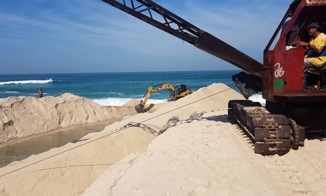 Máquina dragline (à frente) para limpeza de margens e rios atua no local Foto: Divulgação/ Rio Águas