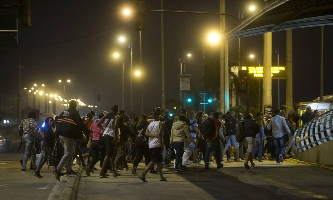 Movimento de chegada de passageiros, às 5h42, à estação Mato Alto do BRT. Fotógrafos do GLOBO passam 24 horas na estação, em Guaratiba, Zona Oeste, para acompanhar a rotina e os problemas enfrentados pelos usuários do sistema de transporte Foto: Márcia Foletto / Agência O Globo