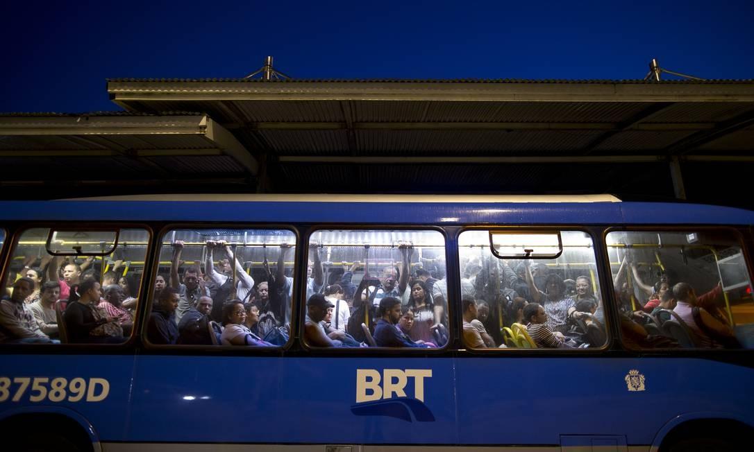 Às 5h47, ônibus já chega cheio à estação Foto: Márcia Foletto / Agência O Globo