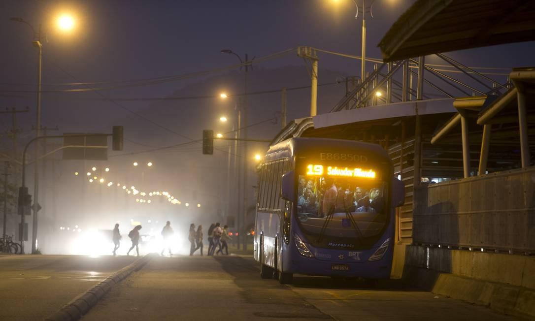 Cerca de dez minutos depois, mais um ônibus chega à estação, também lotado de passageiros Foto: Márcia Foletto / Agência O Globo