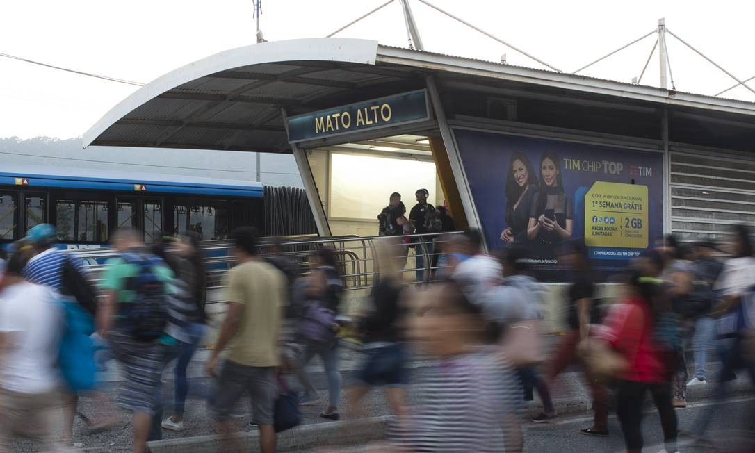 Movimento de passageiros na chegada à estação, por volta das 6h Foto: Márcia Foletto / Agência O Globo